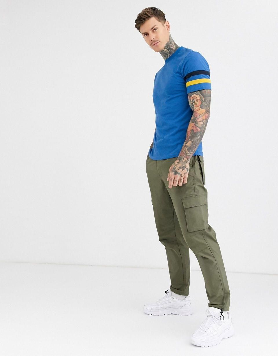 Men's t-shirt with contrast sleeve stripes in blue