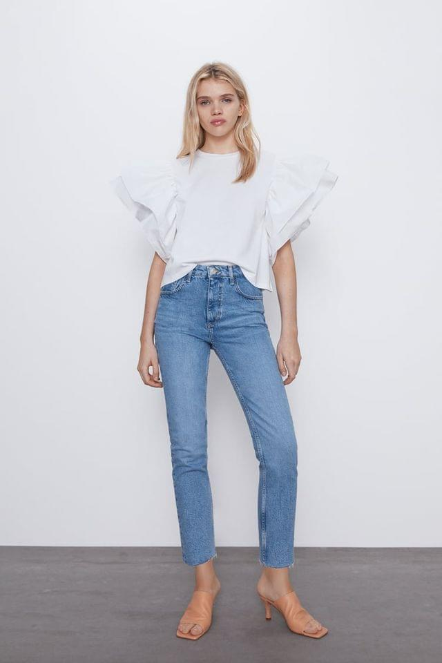 WOMEN ROUND NECK TOP WITH CONTRASTING RUFFLED POPLIN SHORT SLEEVES. BR/ BR/ MODEL HEIGHT 5 10 (177 CM)