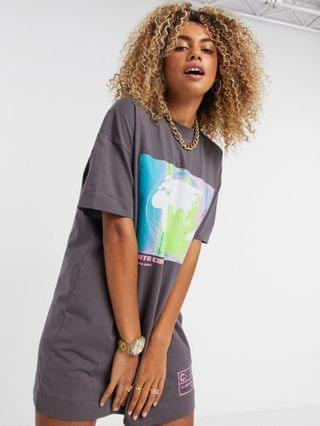 WOMEN COLLUSION globe print short sleeve T-shirt dress in gray